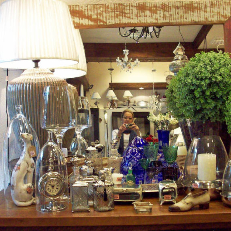 Aparador com detalhes em vidro, prata e cristal