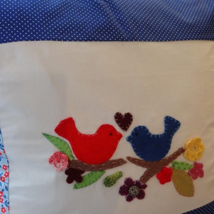 Almofadas bordadas da Casa de la Madre no blog Detalhes Magicos
